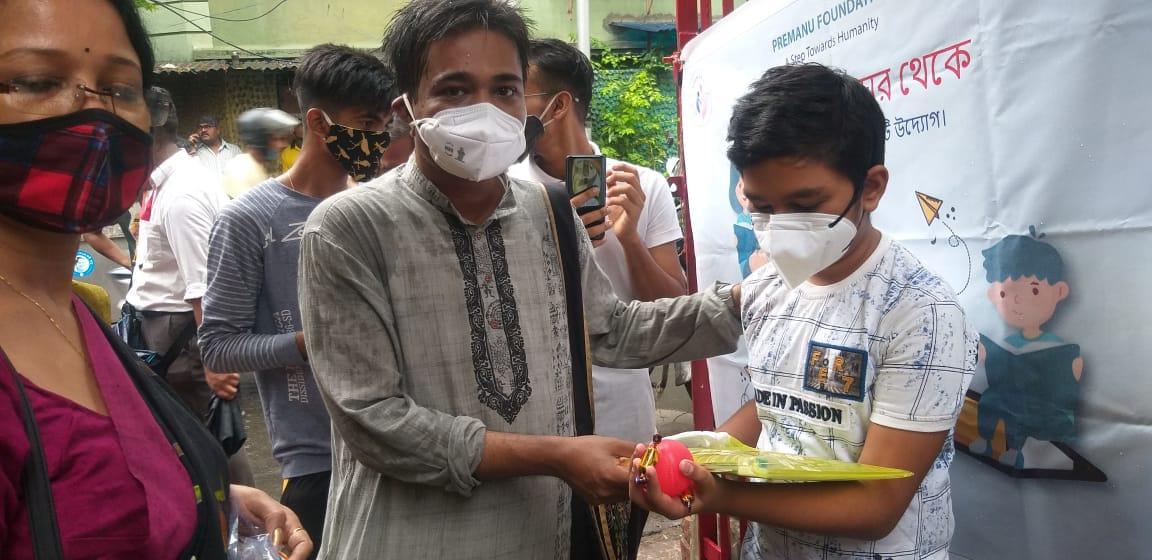শিক্ষা সামগ্রী পেল কলকাতার সুবিধাবঞ্চিত শিক্ষার্থীরা